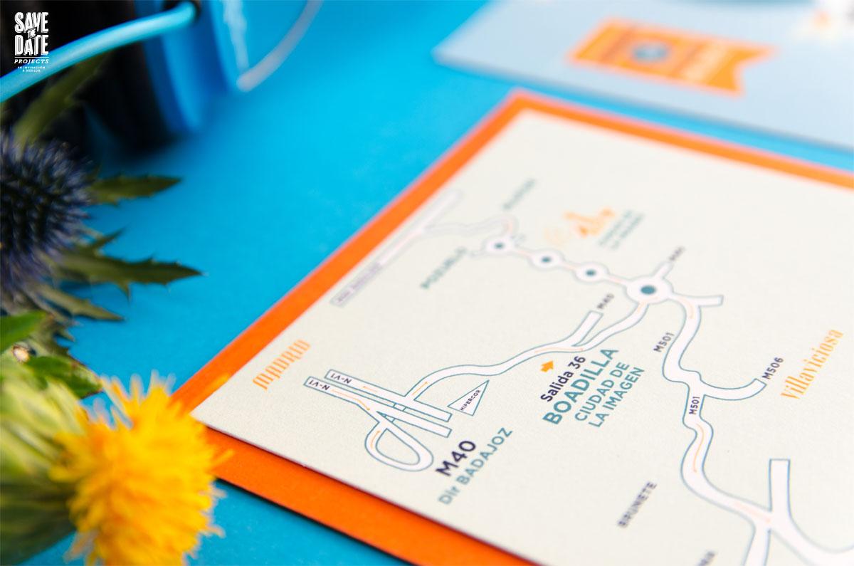 Invitaciones de boda originales con forma de postal y retratos de novios - Mapa de boda personalizado