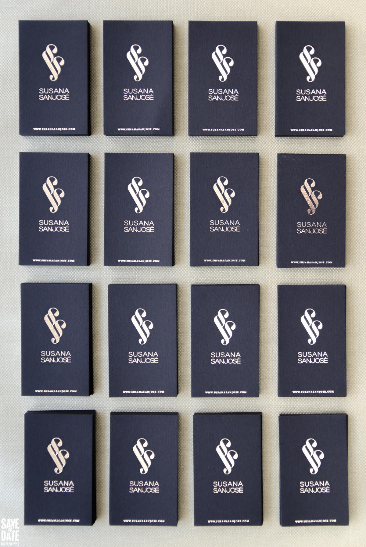 Frontal tarjetas de visita plateadas con foil stamp - composición vertical