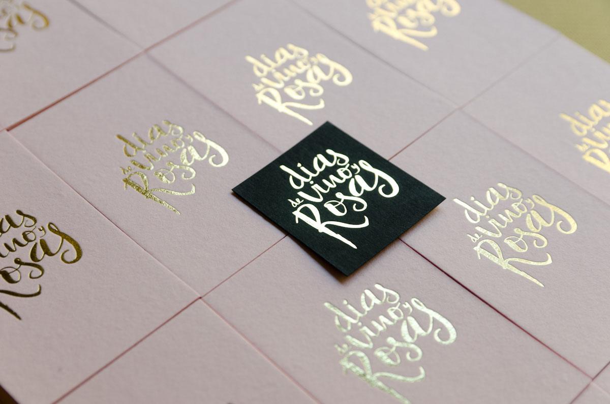 Logo dorado para tarjetas de visita de Días de vino y rosas, fotógrafas de bodas diferentes