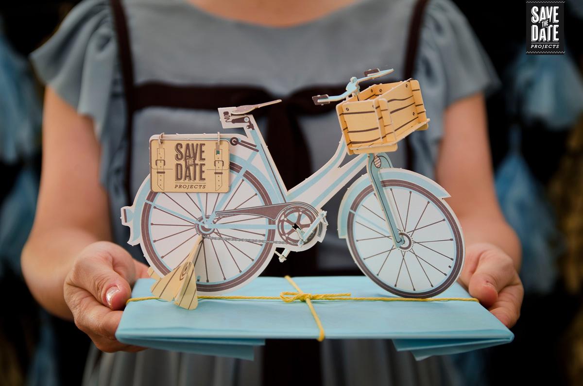 Invitación forma de bicicleta montable inauguración estudio (1)