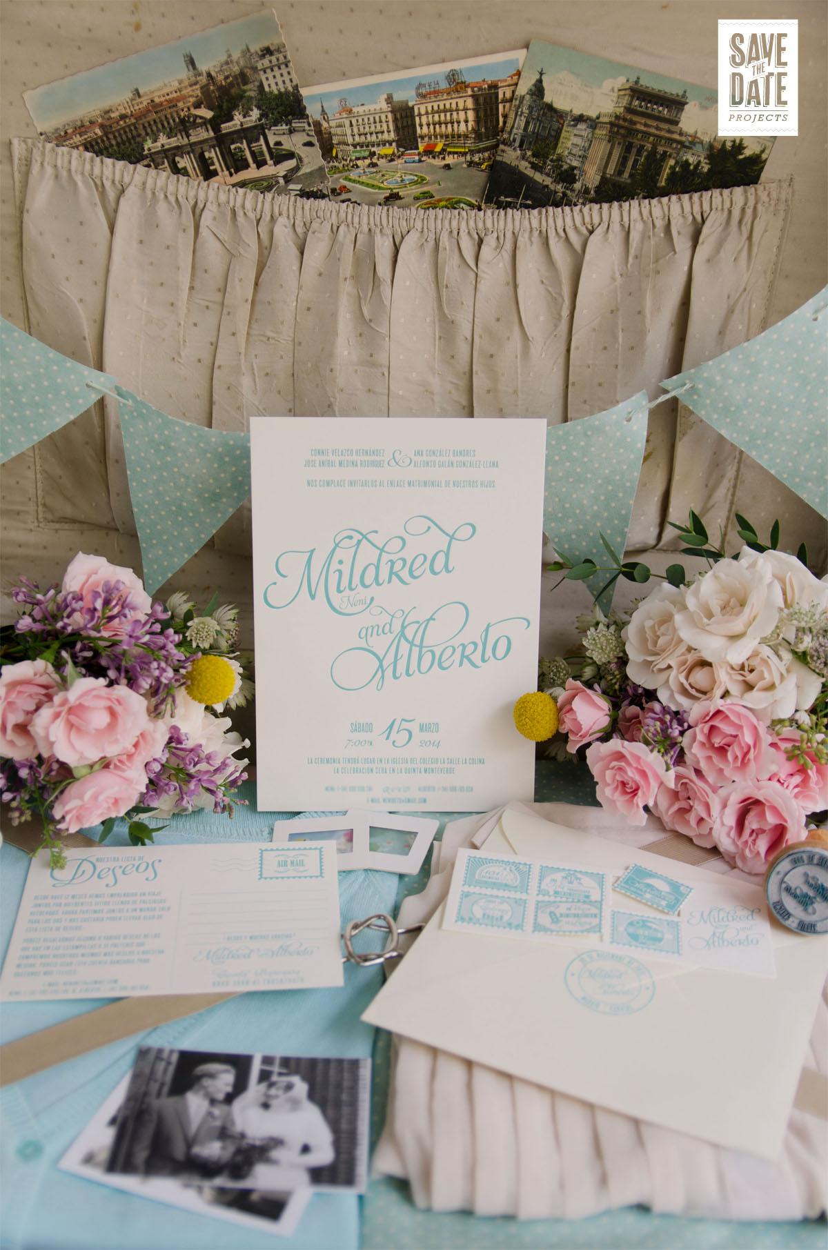 Invitación de boda personalizada color turquesa y lista de boda única en forma de postal con sellos.