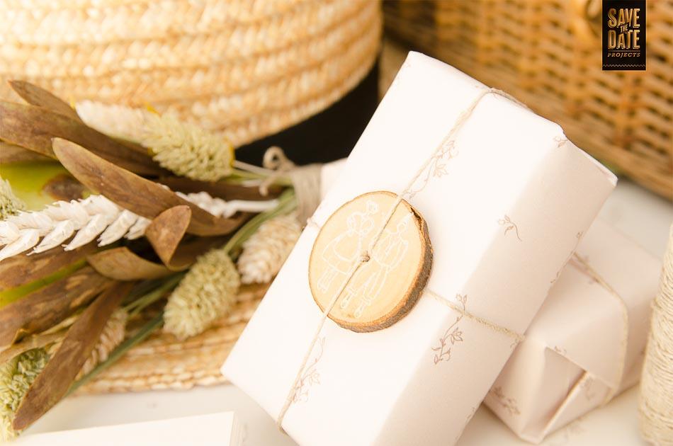 Invitacion-de-boda-campestre-rustica-Detalle-sello-en-madera-jabon-envoltorio