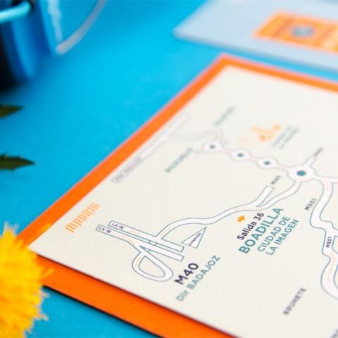 Invitaciones-de-boda-originales-con-forma-de-postal-y-retratos-de-novios-Mapa-de-boda-personalizado
