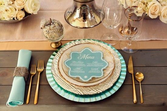 Las bodas terminan de ser únicas con los detalles que las componen y entre esos detalles está el menú de tu boda. Via Save the date projects.
