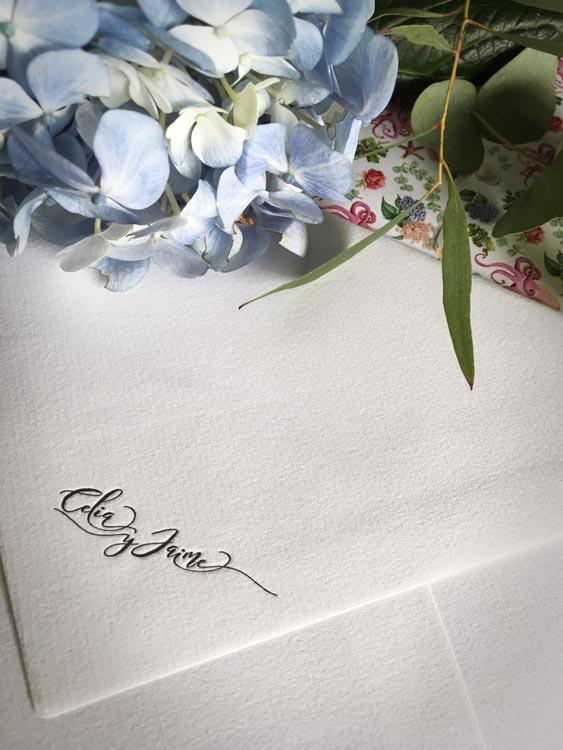 Nombre novios impreso en solapa del sobre con forro de boda