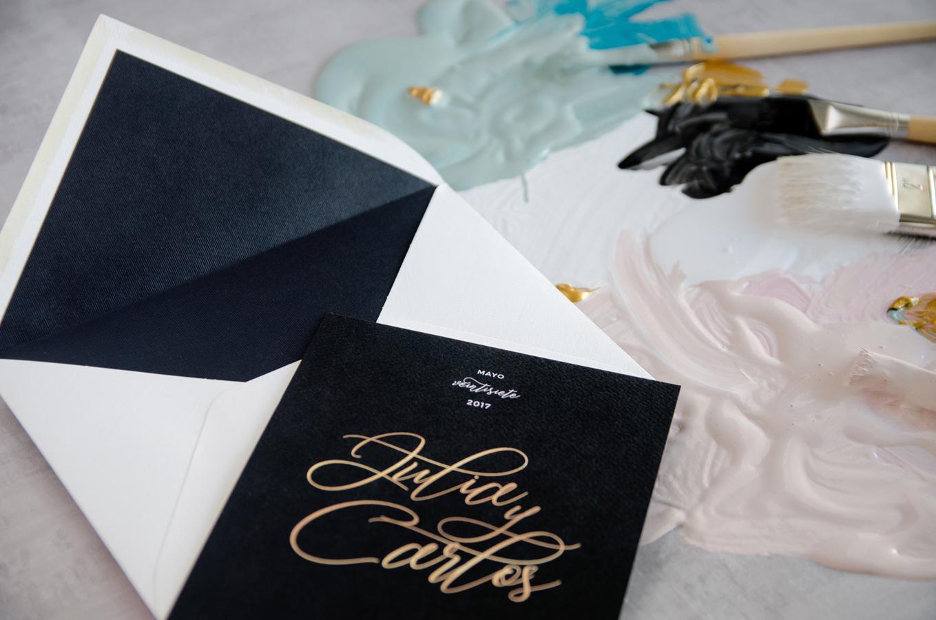 Tarjetas de invitaciones de boda elegantes caligrafia lettering - Negro sobre con forro