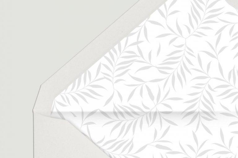 sobre-forrado-de-boda-sencillo-blanco-con-plumas-gris-DETALLE