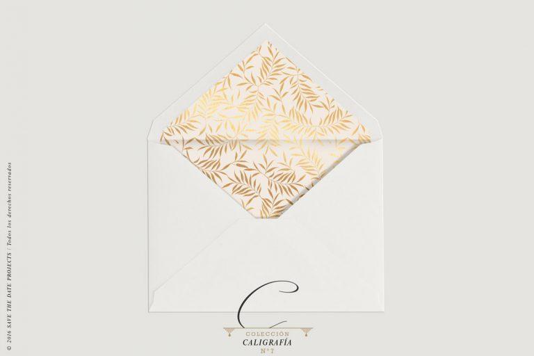 sobre-forrado-de-boda-sencillo-en-nude-con-plumas-doradas