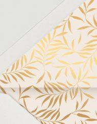 sobre-forrado-de-boda-sencillo-en-nude-con-plumas-doradas-DETALLE