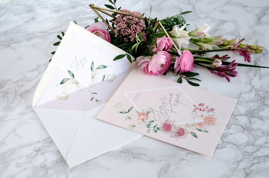 Invitaciones de boda rosas con sobre forrado y flores