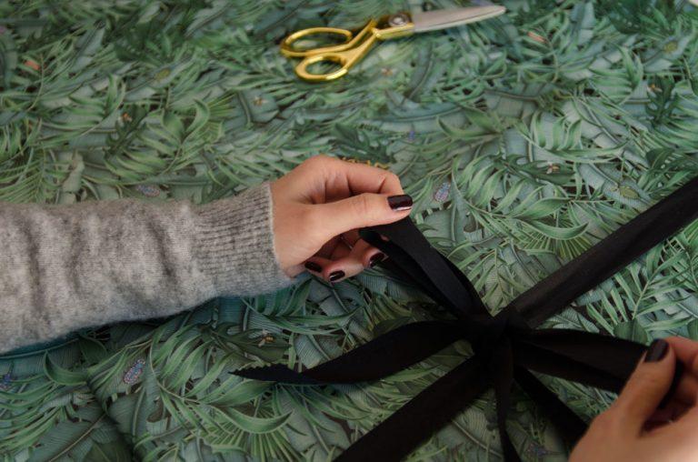 papel-de-regalo-tropical-con-insectos-palmera-monstera-5