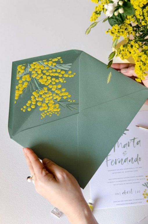 sobre forrado floral verde mimosas amarillas