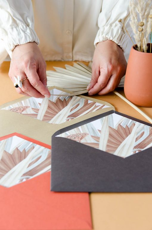 preparando sobres forrados con flores secas