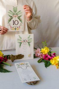 Invitacion y papeleria con palmenras