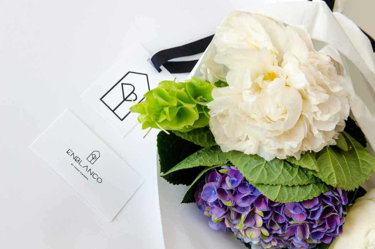 Logo flores en blanco